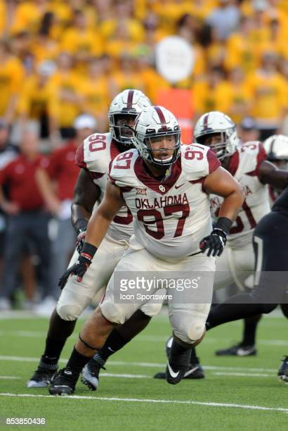 Oklahoma linemen Marquise Overton and Neville Gallimore chase down a runner during game between the Oklahoma Sooners and the Baylor Bears on...