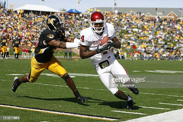 Oklahoma receiver Malcolm Kelly runs with a reception during action between the Oklahoma Sooners and the Missouri Tigers at Faurot Field in Columbia,...