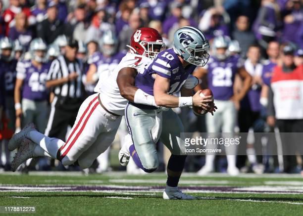 Oklahoma Sooners defensive lineman Ronnie Perkins sacks Kansas State Wildcats quarterback Skylar Thompson during the first quarter of a Big 12...