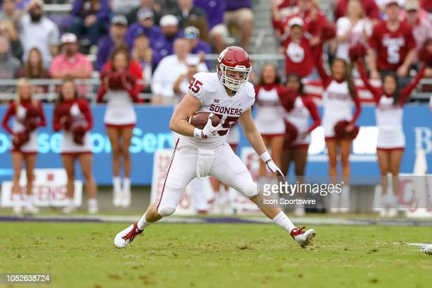 Oklahoma Sooners fullback Carson Meier runs after the catch during the game between the Oklahoma Sooners and TCU Horned Frogs on October 20, 2018 at...
