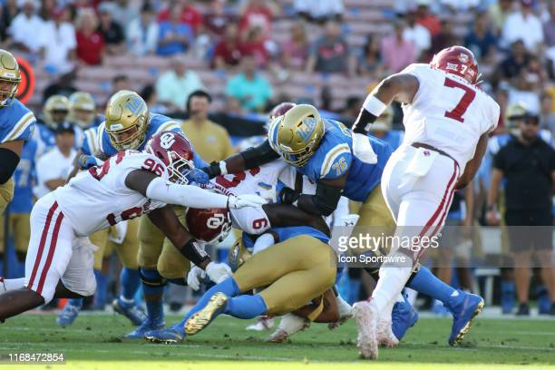 Oklahoma Sooners linebacker Kenneth Murray makes a tackle during a college football game between the Oklahoma Sooners and the UCLA Bruins on...
