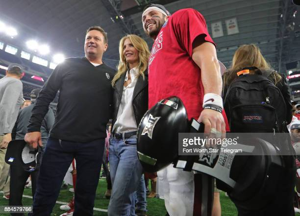 Oklahoma Sooners quarterback Baker Mayfield poses with former head coach Bob Stoops and his wife Carol after the game as the University of Oklahoma...