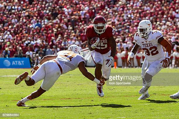 Oklahoma Sooners running back Joe Mixon rushes the ball during the Oklahoma Sooners 45-40 victory over the Texas Longhorns in their Red River...