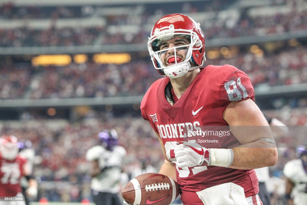 Oklahoma Sooners tight end Mark Andrews (81) makes a catch in the end zone for a touchdown during the Big 12 Championship game on December 2, 2017 at AT&T Stadium in Arlington, TX.