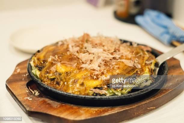 okonomiyaki. - okonomiyaki stock pictures, royalty-free photos & images