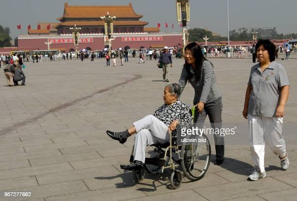 Oktober 2009 / China Peking / Eine ältere Frau im Rollstuhl wird über den Tian'anmenPlatz in Peking geschoben aufgenommen im Oktober 2009 An der...