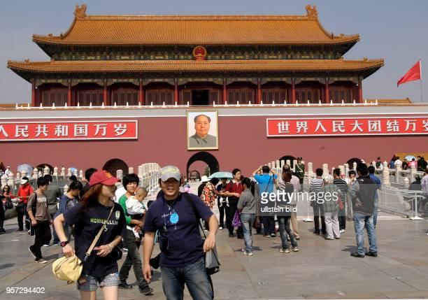Oktober 2009 / China Peking / Touristen und Einheimische vor dem historischen Tor aus der MingZeit auf dem Tian'anmenPlatz aufgenommen im Oktober...