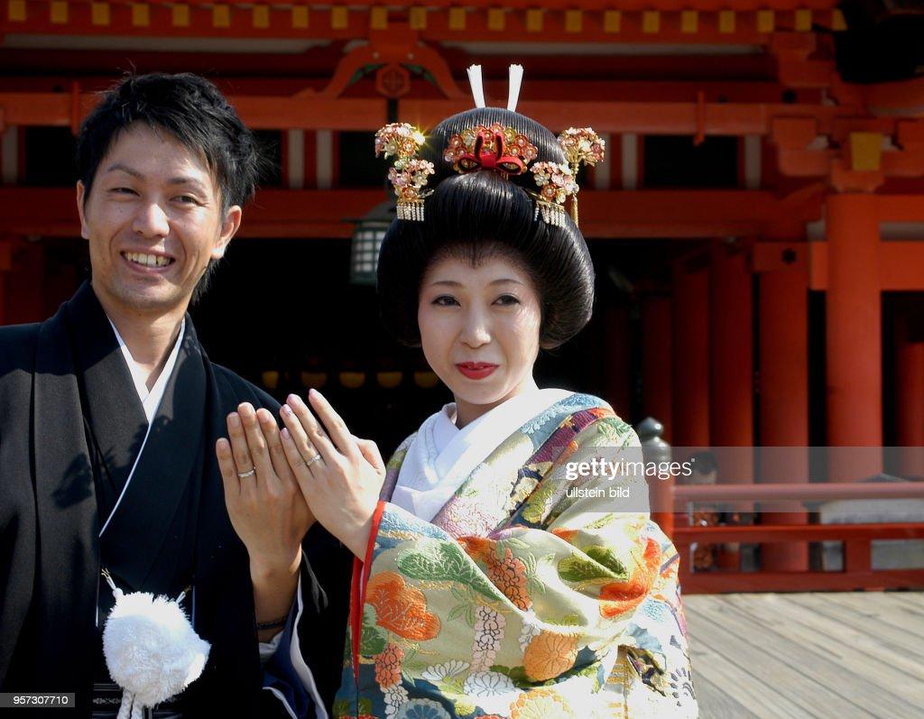 Japan - Brautpaar am Itsukushima-Schrein Pictures | Getty Images
