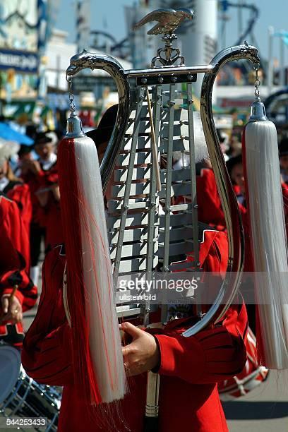 Oktoberfest in Muenchen Bayern Glockenspiel beim Trachtenumzug