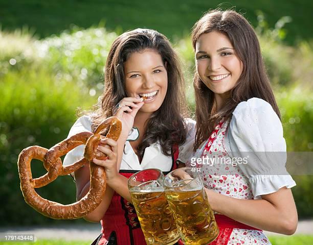 Oktoberfest, Frauen mit Brezel und Bier