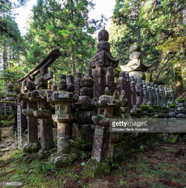 okunoin cemetery in koyasan - christian beirle gonzález foto e immagini stock