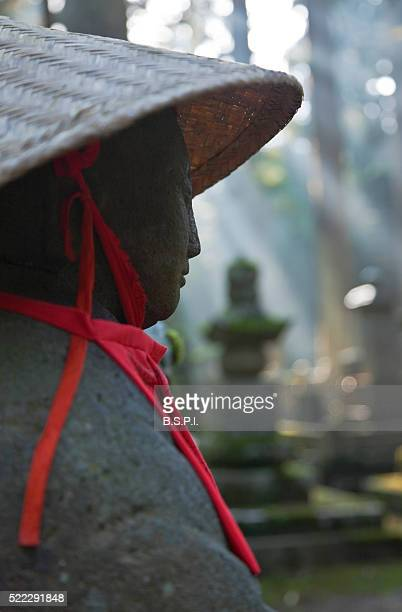 okunoin holy cemetery atop sacred koyasan mountain in wakayama, japan - shingon buddhismus stock-fotos und bilder
