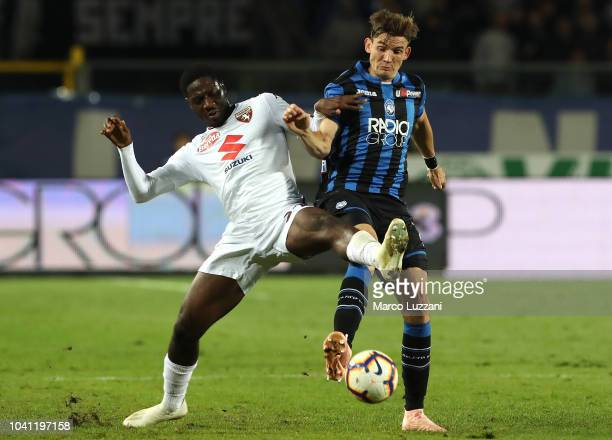 Ola Aina of Torino FC competes for the ball with Marten De Roon of Atalanta BC during the serie A match between Atalanta BC and Torino FC at Stadio...