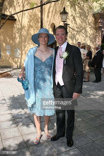 Olaf Sass Mit Seiner Schwester Anke MeyerNotrup Bei Ihrer Ankunft An Der Kirche