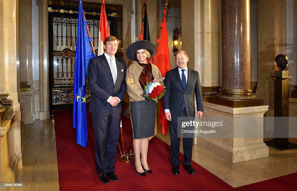 Olaf Scholz, mayor of Hamburg (R) welcomes Queen Maxima and King Willem-Alexander of The Netherlands at the town hall on March 19, 2015 in Hamburg, Germany.