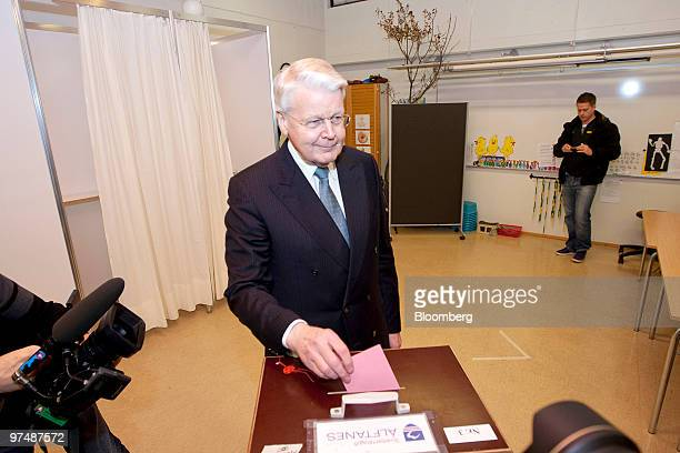 Olafur R Grimsson Iceland's president casts his ballot paper in the Icelandic national referendum at a polling station in Reykjavik Iceland on...