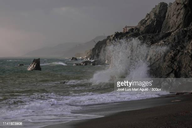 olas rompiendo en las rocas - human artery stock photos and pictures