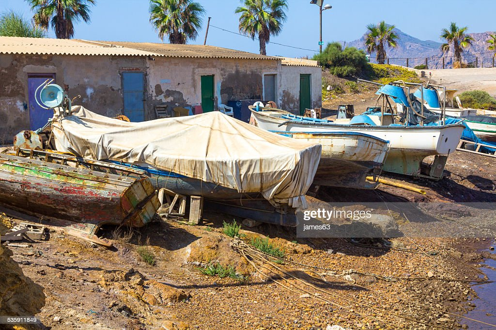 Viejo abandonado y romper la pesca en bote : Foto de stock