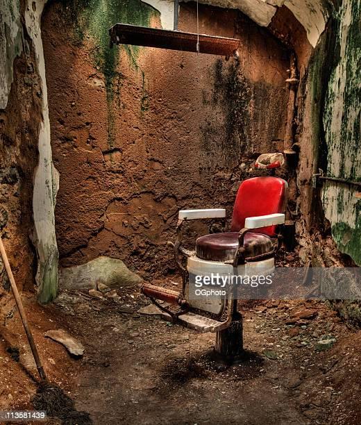 antiga cadeira abandonada barber - ogphoto imagens e fotografias de stock