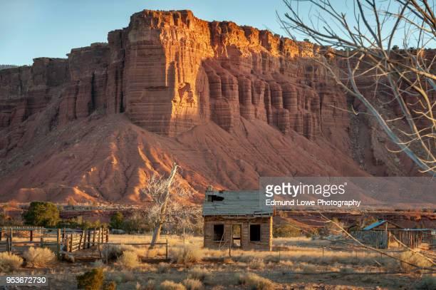 old abandoned farmhouse in the capitol reef area of utah. - casa estilo rancho fotografías e imágenes de stock