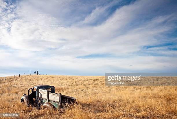 viejo abandonado en las llanuras camión - alberta fotografías e imágenes de stock