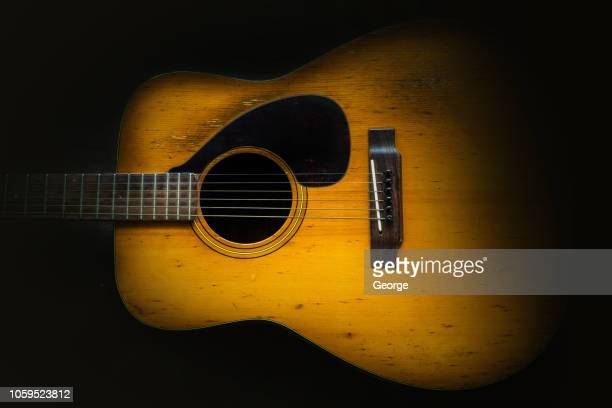 old acoustic guitar, dark background - countrymusik bildbanksfoton och bilder