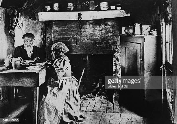 USA Old AfroAmerican couple in poor housing conditions having a meal 1907 Vintage property of ullstein bild