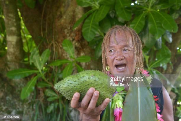 old aged polynesian cook islander man explains about the soursop fruit benefits - rafael ben ari fotografías e imágenes de stock