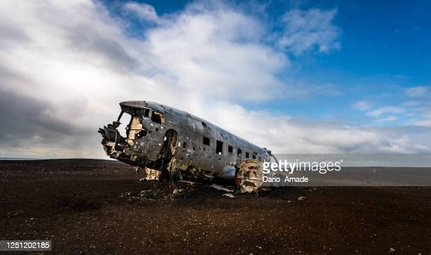 old aircraft in iceland - airplane crash stock pictures, royalty-free photos & images