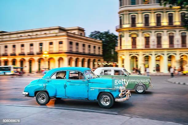 昔ながらのアメリカのお車の運転は、通りのハバナ,キューバ