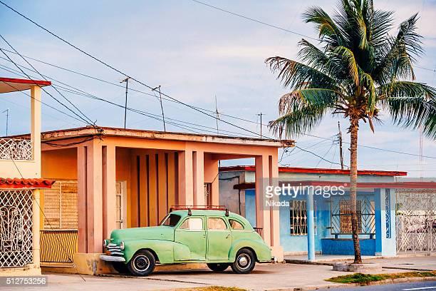 Vieille voiture sur la rue cubain américain