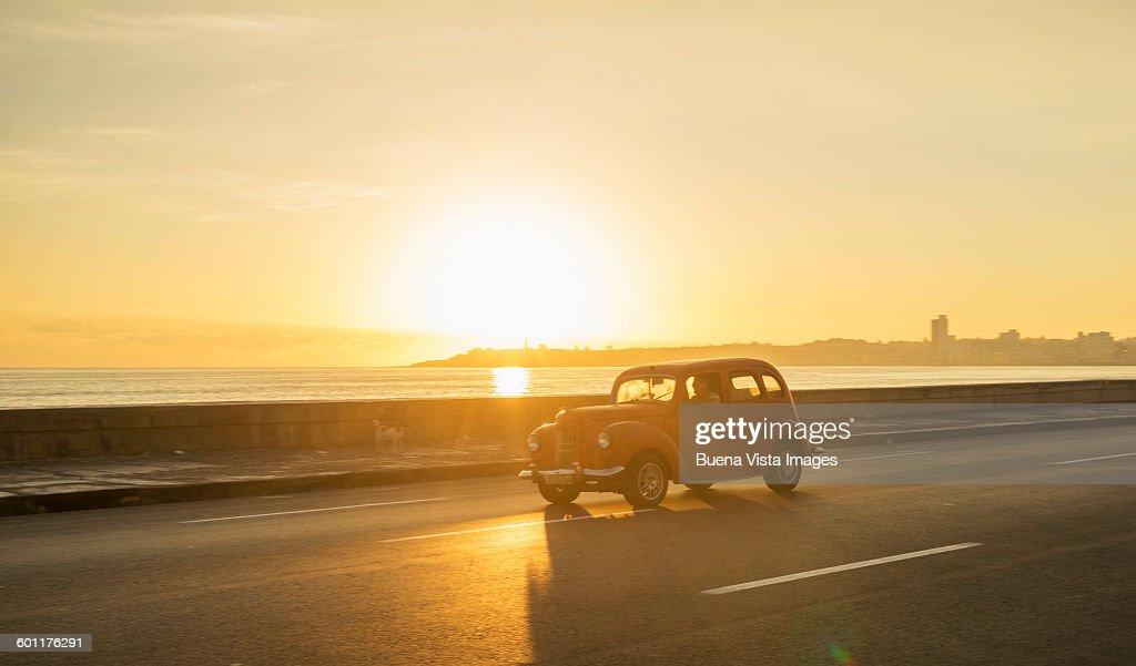 Old american car on El Malecon of Havana : Foto stock