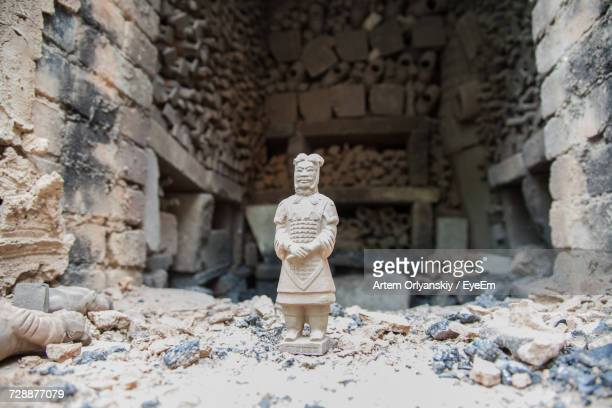 old ancient terracotta warriors statue - terracotta army stock pictures, royalty-free photos & images