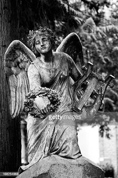 Old Engel-statue mit einem Rosenkranz und Harfe