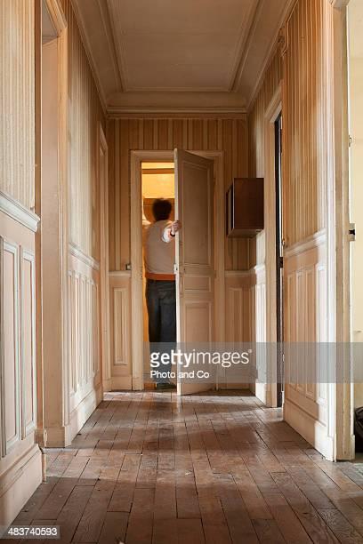old apartment - couloir photos et images de collection