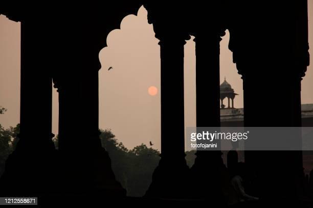 old architecture silhouette inside red fort in delhi at sunset - fotofojanini foto e immagini stock