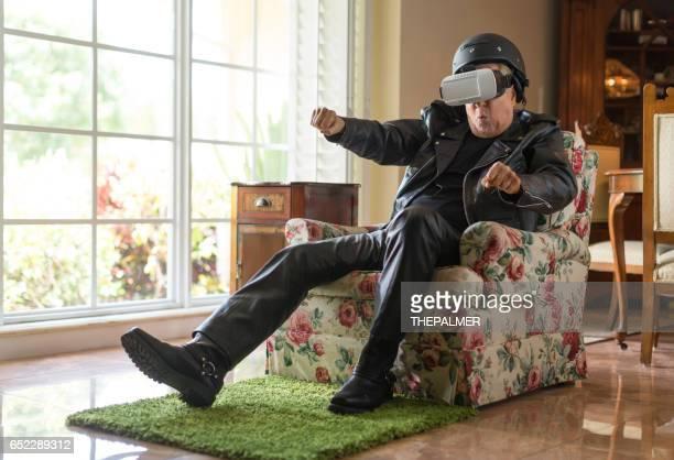 Vieux motard utilisant la réalité virtuelle
