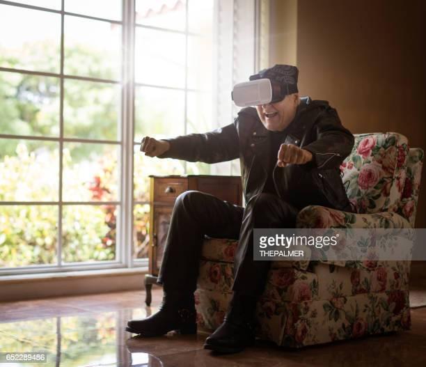 vieux motard utilisant la réalité virtuelle - moto humour photos et images de collection