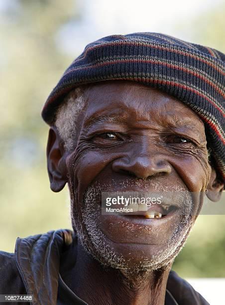 viejo hombre negro sonriendo retrato - personas sin dientes fotografías e imágenes de stock