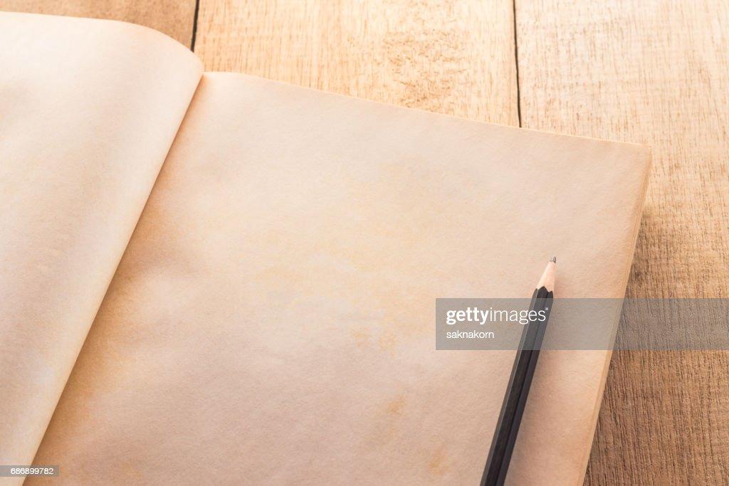 Vieux Livre Blanc Ouvert Avec Le Crayon Sur La Table En Bois