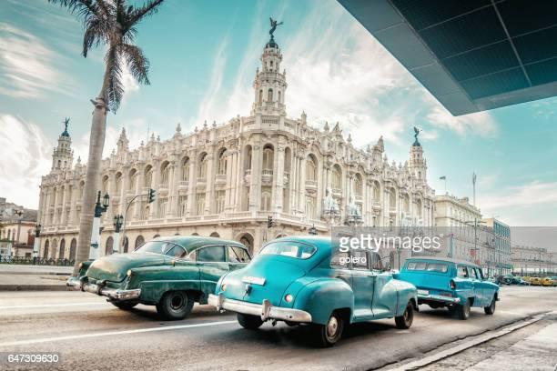 oude blauwe Amerikaanse auto voor Gran Teatro van Havanna