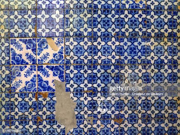 old blue and white faience tiles in portugal - portugiesische kultur stock-fotos und bilder