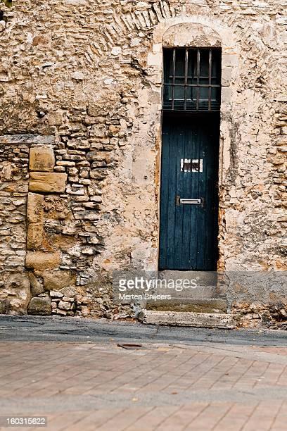 old blue door in limestone wall - merten snijders stockfoto's en -beelden