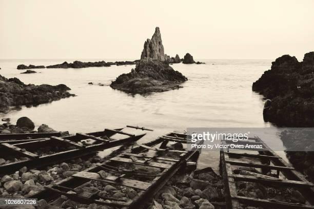 old boat rails at the sirens reef, cabo de gata, almeria, spain - victor ovies fotografías e imágenes de stock