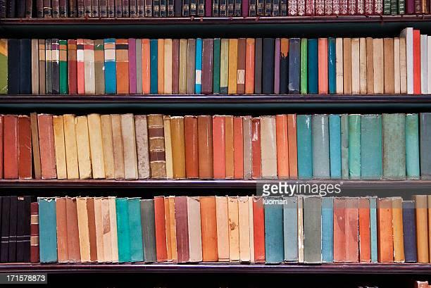 Libros antiguos en la biblioteca