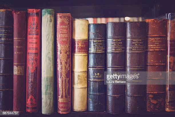 old books in a library - historisch stock-fotos und bilder
