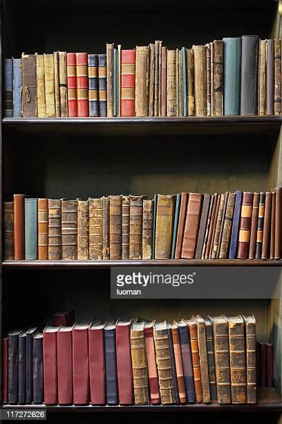 Vieux livres dans une bibliothèque