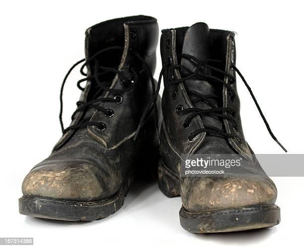 Alte Stiefel auf Weiß