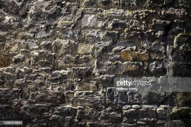 old brick wall, stone wall, old town, edinburgh - muro de pedra - fotografias e filmes do acervo