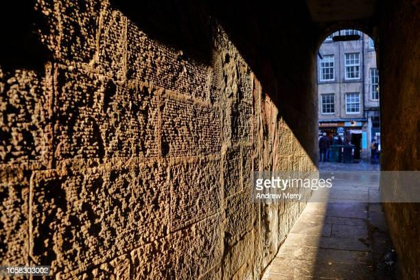 old brick wall, stone wall, royal mile, old town, edinburgh - wall building feature stock pictures, royalty-free photos & images